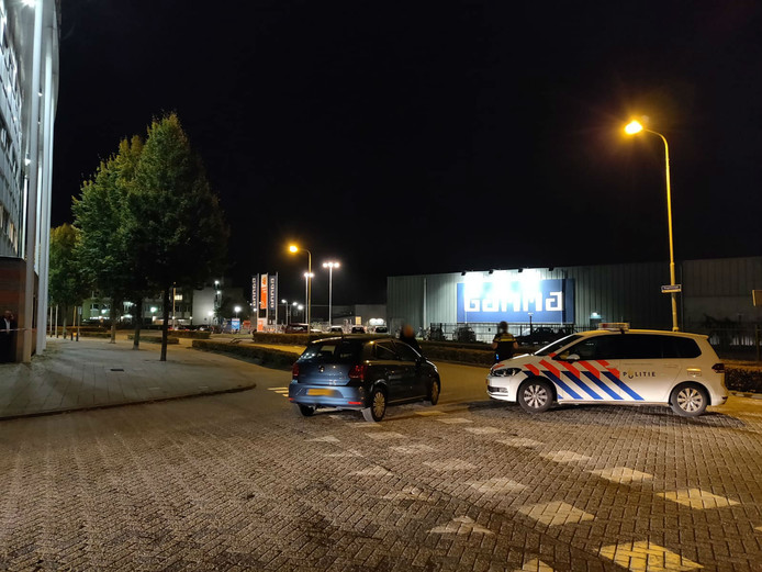 Man mogelijk met explosief in bezit aangehouden in geparkeerde auto in Den Bosch, EOD opgeroepen