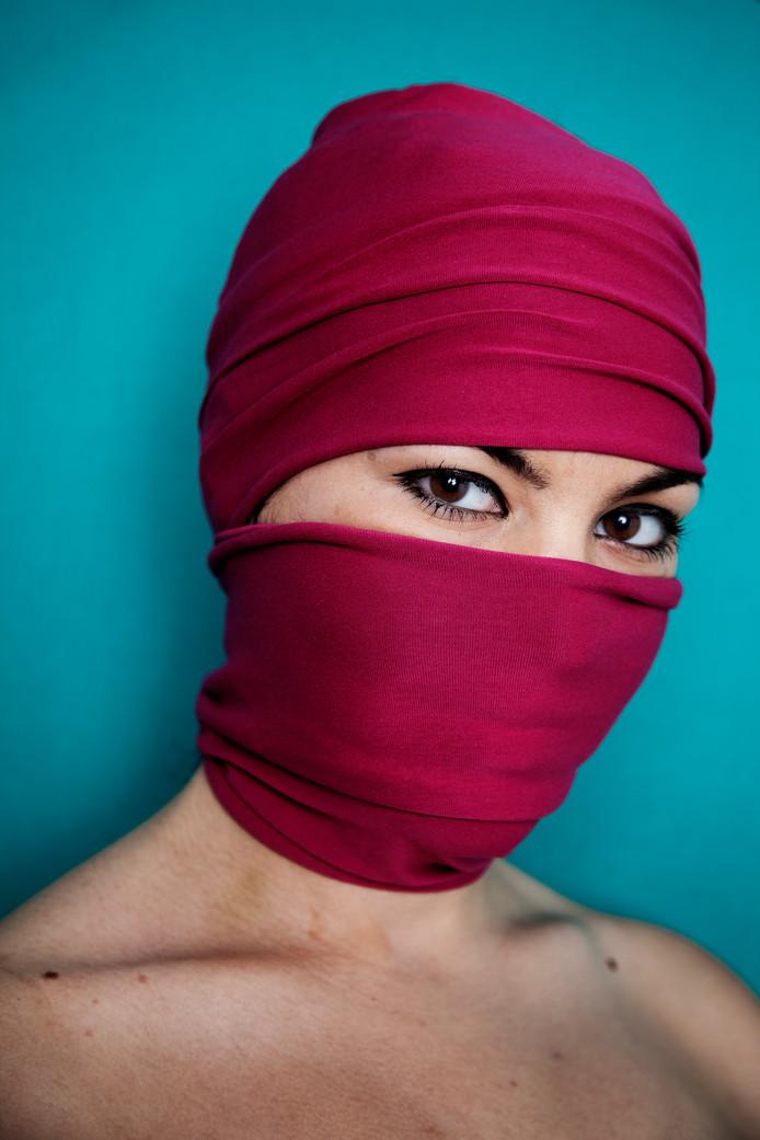 """,,Als heel jong meisje ben ik getrouwd met een man die mij zes jaar lang liet prostitueren in een ander land.""""  Nina, een van de dertig slachtoffers van mensenhandel die CoMensha liet portretteren."""