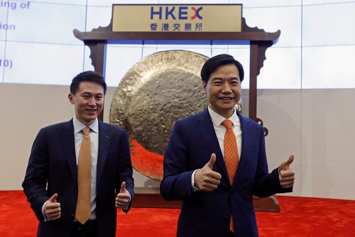 Lei Jun (rechts), CEO en oprichter van het Chinese smartphonebedrijf Xiaomi op de beurs van Hong Kong met CFO Shou Zi Chew.