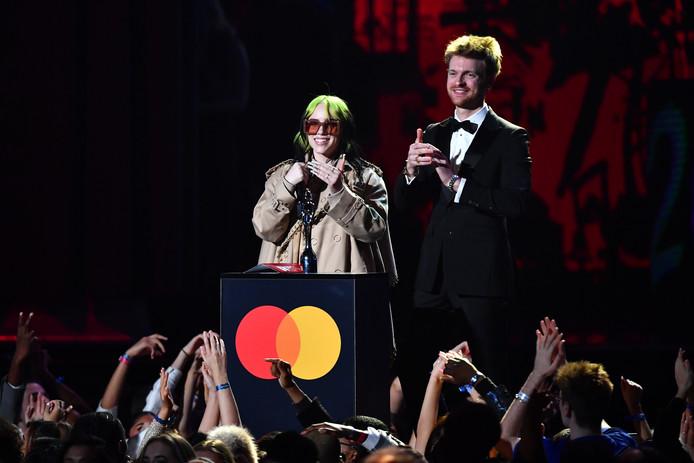 Billie Eilish en Finneas O'Connell presenteren de award voor Album van het Jaar.