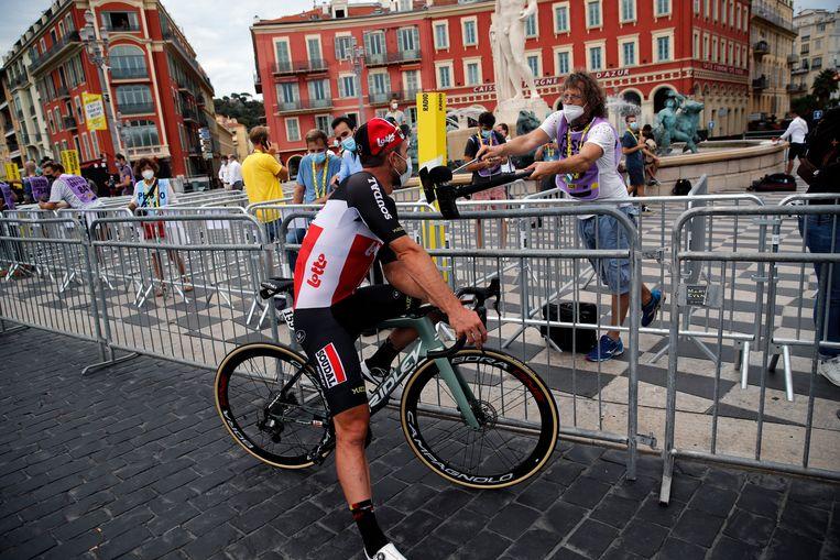 Een journalist interviewt de Duitser John Degenkolb voor de start van de eerste etappe. Beeld AP