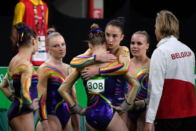 Nina Derwael troost Rune Hermans op de Spelen van Rio in 2016. Ook Laura Waem (links), Gaelle Mys (tweede van links), Senna Deriks en coach Marjorie Heuls zijn aanwezig.