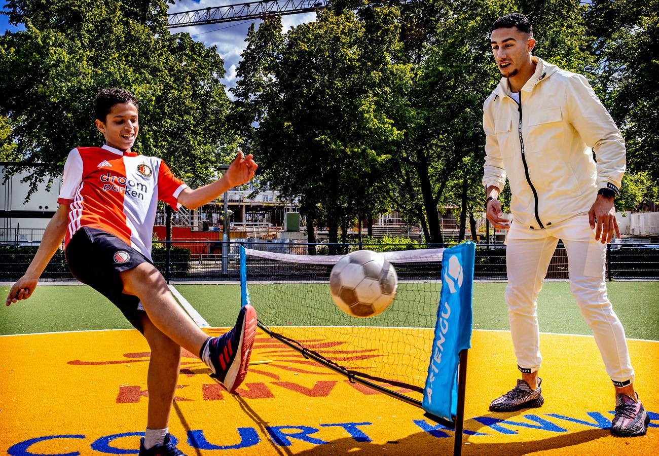 Reda Kharchouch speelt voetbaltennis met een Feyenoord-supportertje. ,,Waar ben je, kleine kakkerlak!?''