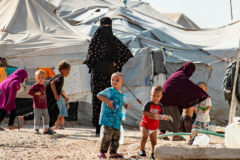 Vrouwen met hun kinderen in het door Koerden gerunde Al Hol kamp waar IS-familie opgesloten zitten in Noord-Syrië. Beeld AFP