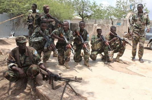 Soldaten van het Somalische leger nadat ze met hulp van troepen van de Afrikaanse Unie het vliegveld van Belidogle hebben heroverd op al-Shabaab, oktober 2012.