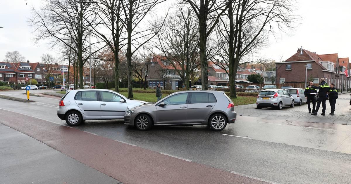 Automobilist negeert in Zwolle stopteken en moet naar ziekenhuis na botsing met politie.