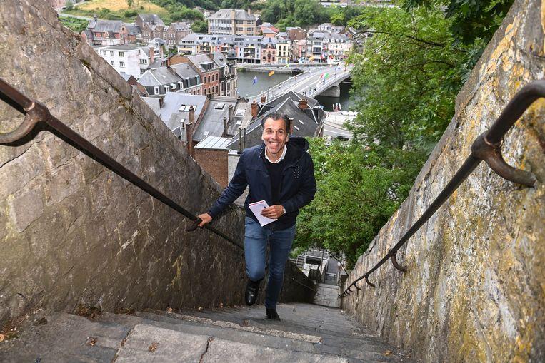 De Waalse RTL-journalist Christophe. Deborsu heeft vier passies: zijn vrouw  Annick De Wit (HLN-journaliste), zijn drie zonen, de politiek én toerisme.  Wie beter dan hij om je te gidsen door  verrassend Wallonië. Vijf weken lang,  door de vijf provincies.  Deze week: DE WAALSE TRAPPEN.