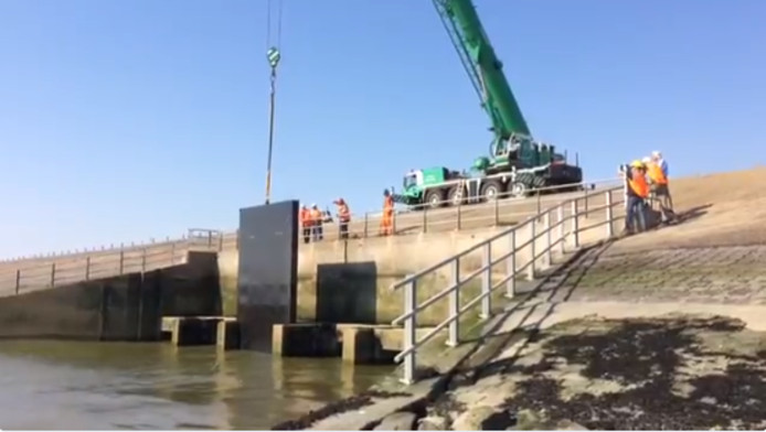 Rijkswaterstaat plaatst schotten in de spuisluis bij Bath.