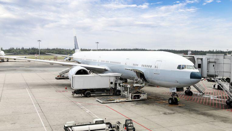 Stewardess Redt Leven Van Stikkende Baby Op Vliegtuig Buitenland