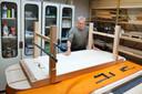 Martien Hontelez met zijn zelfgemaakte klanktafel, een soort massagetafel (van hout) waaronder snaren zitten.