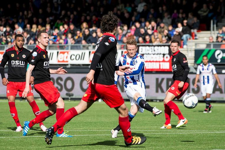 Sam Larsson scoort de 1-1 voor Heerenveen. Beeld anp
