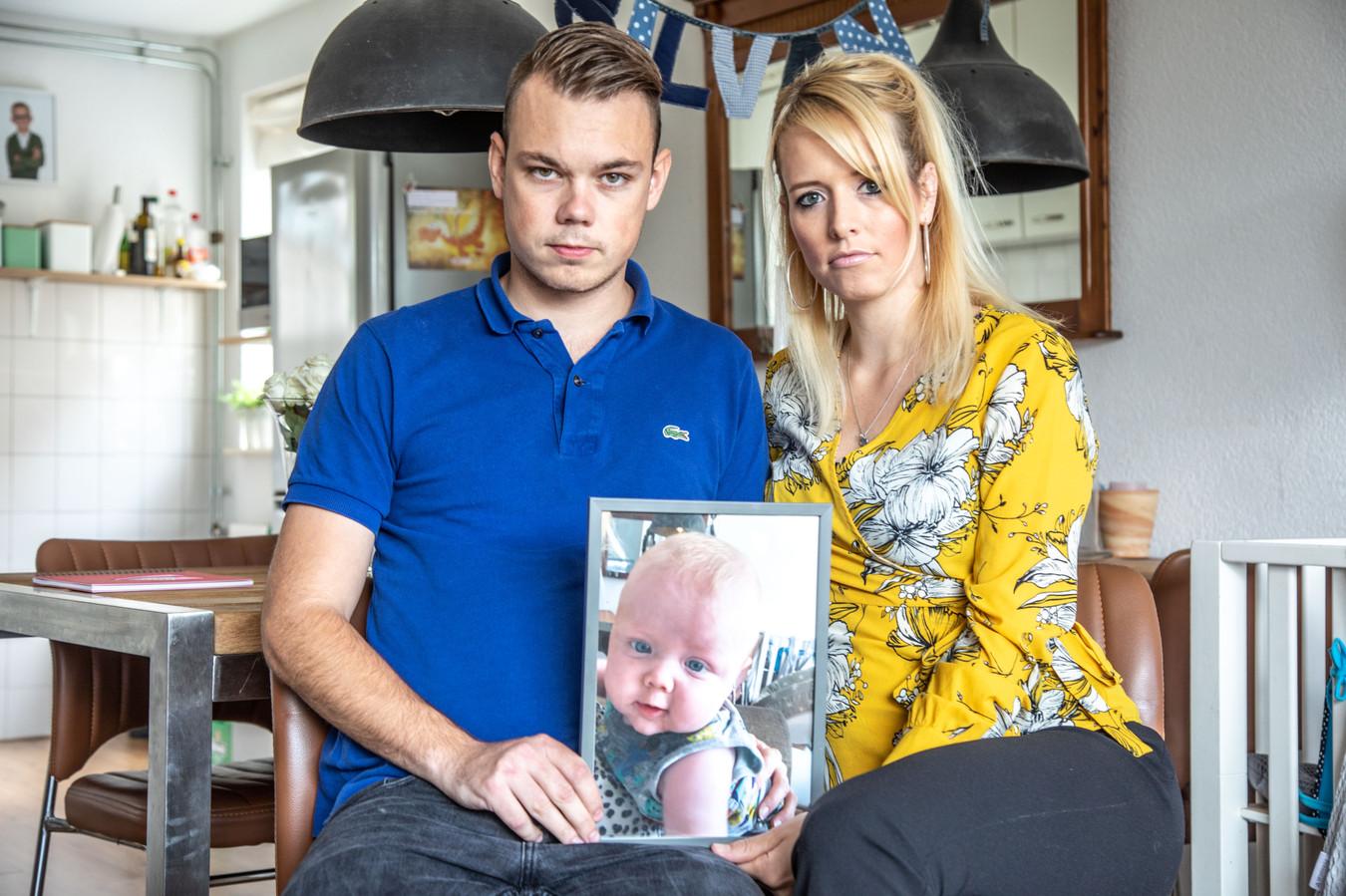 Iris Schipper en Tim Koetsier met een xfoto van hun overleden zoontje Silvan.