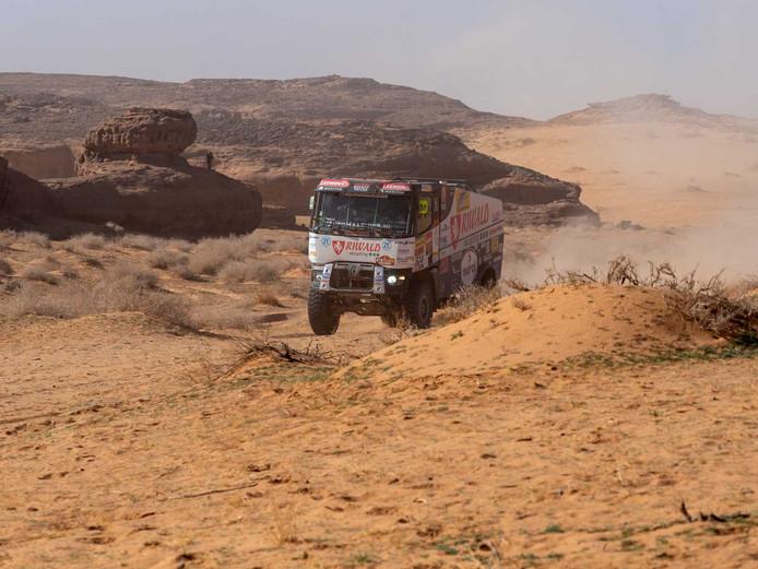 Pascal de Baar en Jan van der Vaet in actie tijdens de vijfde etappe van de Dakar Rally.