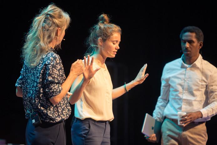 Bij Time Out Events delen jongeren hun zorgen over stress: op het podium, in een brief aan ministers en in een 'wensput'.