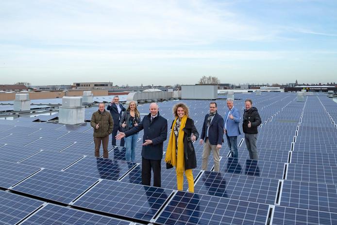 Wethouder Pieter Varekamp, die energietransitie in zijn portefeuille heeft, bracht vrijdagmiddag een bezoek aan Patijnenburg in Naaldwijk, waar op het dak vele zonnepanelen liggen.