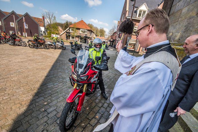 TT-2019-010153-Tubbergen Pastoor Casper Pikkemaat zegent de leden van motorclub De Toerenteller editie:Almelo Foto Reinier van Willigen RWN20190414