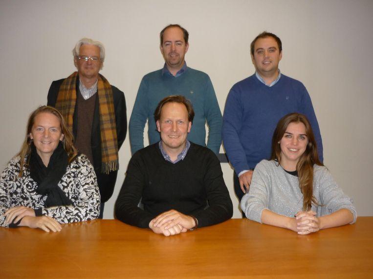 De nieuwe schepenploeg bestaat uit Jan Vanassche, Claudio Saelens en Ruben Strobbe (staand) en Patricia Waerniers, Jos Sypré en Vicky Reynaert (zittend).