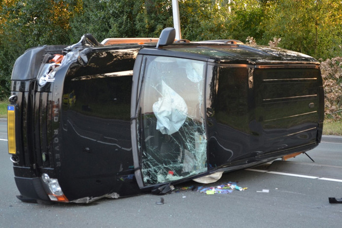 Eén auto is op de zijkant beland bij het ongeval in Lent.