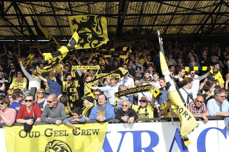 De supporters van Berchem Sport gaan uit de bol bij het behalen van de titel.