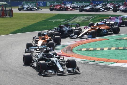 Lewis Hamilton leidt een door elkaar gehusseld veld na de herstart.