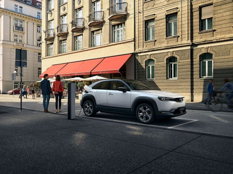 Deze Mazda MX-30, de eerste volledig elektrische Mazda, is één van de 9 Europese premières die het Brusselse autosalon dit jaar heeft weten te strikken.