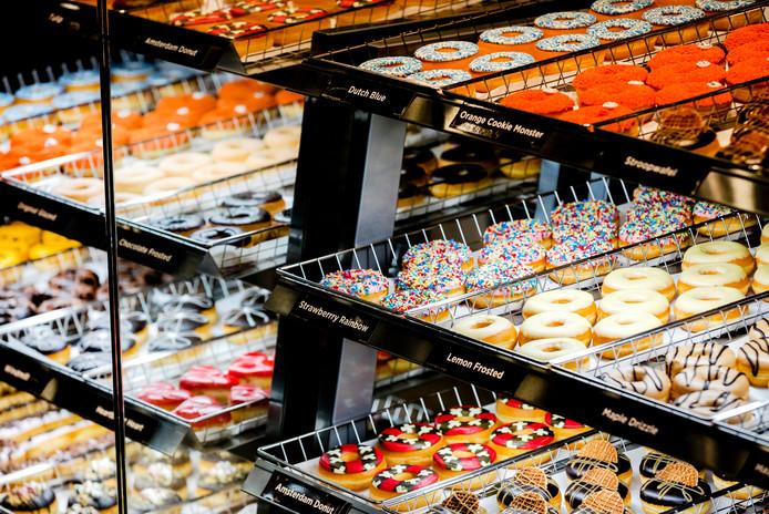Donuts in de vitrine voorafgaand aan de opening van de eerste nieuwe vestiging van Dunkin' Donuts in Nederland.