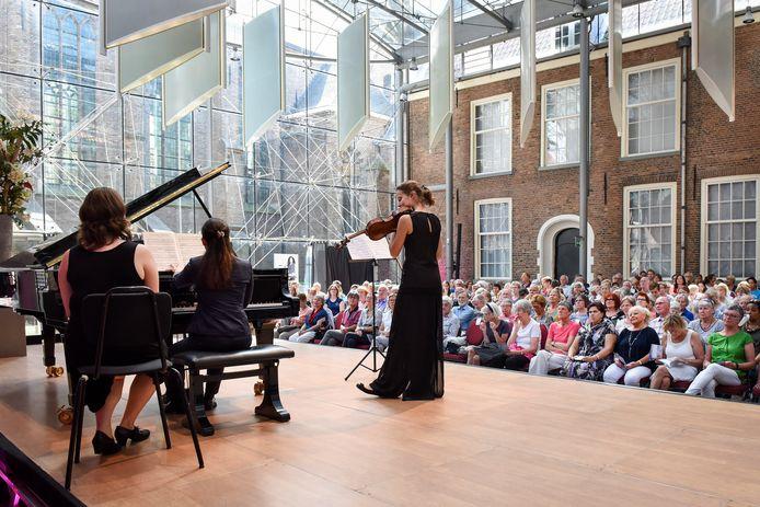 Eerder (professioneel) optreden van Mariam Batsashvili (piano) en Dana Zemtsov (altviool) in de Van de Mandelezaal van Museum Prinsenhof Delft.