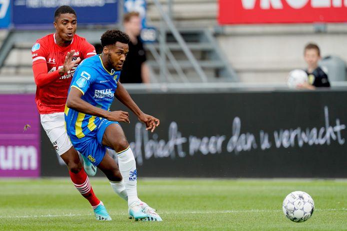 Hannes Delcroix in actie tegen AZ. In zijn kielzog Myron Boadu.