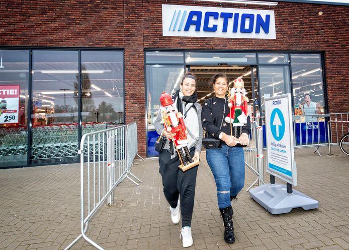 De Action in Ter Aar is open. Nina Heilig en Monique Houthuizen zijn als kinderen zo blij met hun notenkraker.