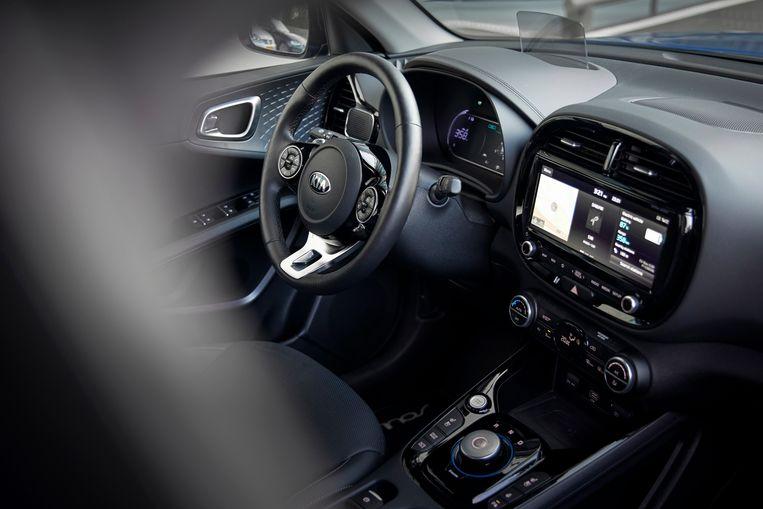 Zo vierkant als-ie is van buiten, zo rond is de aanblik van binnen. De cockpit is behoorlijk luxe voor een B-segment-auto. Maar ja, de prijs is dan ook wat minder B-segment. Beeld RV