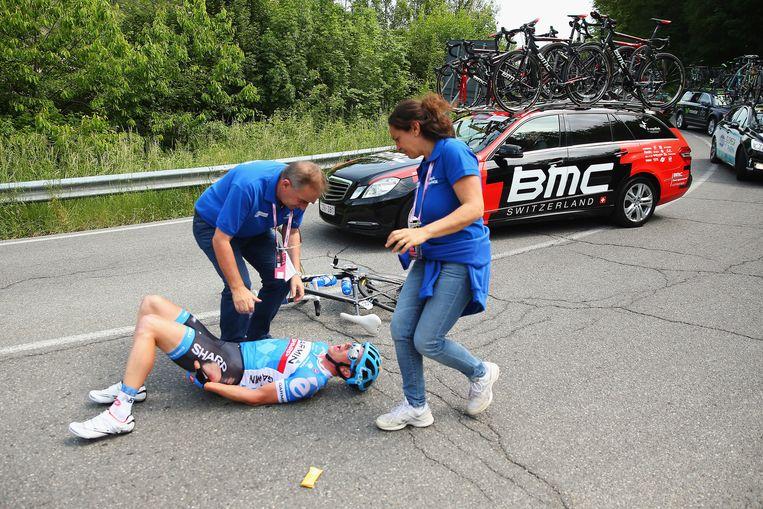De rit werd weer ontsierd door een pak valpartijen. Hier viel Fabian Wegmann letterlijk weg.