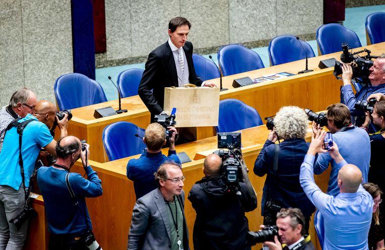 Minister Wopke Hoekstra van Financiën presenteert in de Tweede Kamer het koffertje met de  Miljoenennota.  Beeld Remko de Waal / ANP