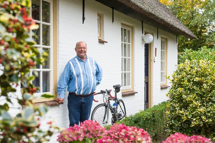 """De inmiddels 77-jarige Kees Haast bij zijn huis in Rucphen. """"Als ik vroeger Rijsbergen uitreed om te gaan trianen, stonden de tranen al in mijn ogen van de heimwee."""" foto René Schotanus/Pix4Profs"""