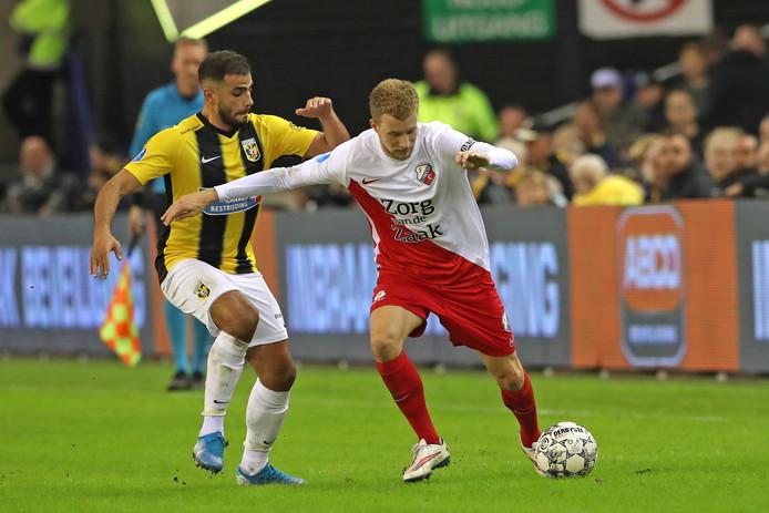 Oussama Tannane in duel met Simon Gustafson van FC Utrecht.