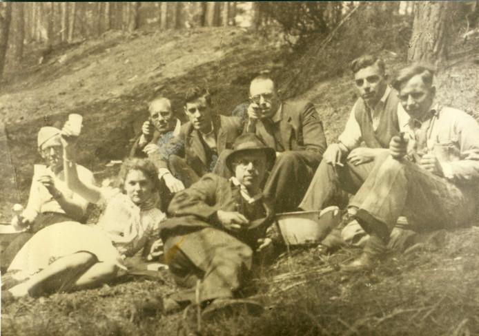 Leden van de Knokploeg Ommen laten zich in mei 1944 zelfs met wapens kieken in de Wolfskuil.