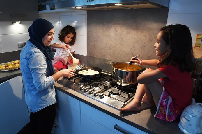 Tijdens de ramadan kookt Halima Özen-el Hajoui 's middags voor haar dochters Jenna (4) en Dunya (7). De kinderen vasten niet mee met hun ouders, maar ze 'brengen wel offers'. Zo eten ze geen snoepjes.