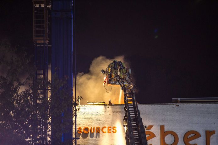 Brandweer urenlang in de weer met dakbrand bij Léberg ...
