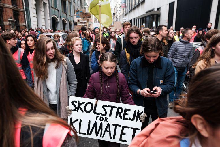 Drie- tot vierduizend spijbelende studenten zijn donderdagochtend door de Antwerpse straten getrokken om aandacht te vragen voor de klimaatzaak. Ook het Zweedse klimaatmeisje Greta Thunberg (16) tekende present.