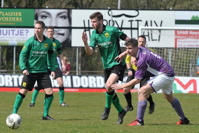 Michel Maaskant (rechts, hier in actie tegen Heerjansdam) speelde vorig jaar nog in de eerste klasse met Bruse Boys.