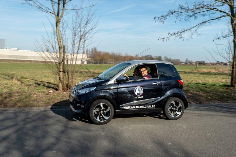 Onze reporter in een Aixam, één van de drie grote aanbieders in België. Vorig jaar werden 567 brommobielen ingeschreven.