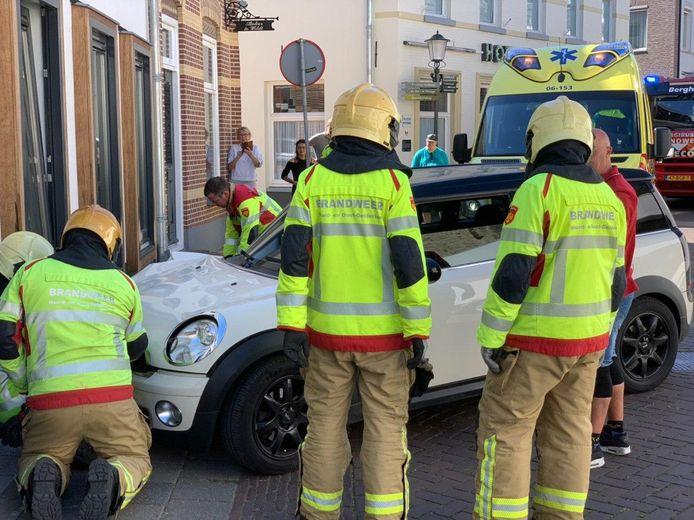 Een automobilist is donderdagmiddag gewond geraakt toen hij met zijn wagen tegen een huis aan de Oudste Poortstraat in 's-Heerenberg reed.