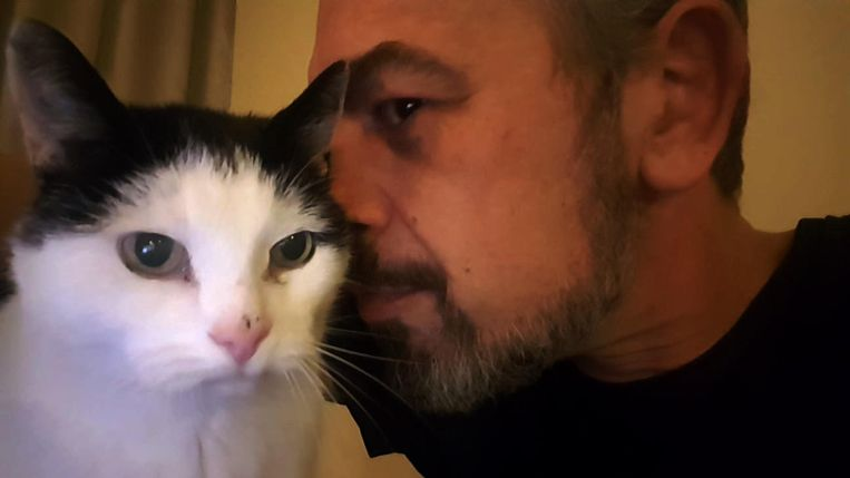 Martijn en zijn kat Ufo. Beeld