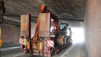 Te hoog geladen kraan vast onder snelwegbrug E40