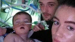 """Ziekenhuis mag leven 23 maanden oude Alfie beëindigen: rechter prikt datum, ouders spreken van """"executie"""""""