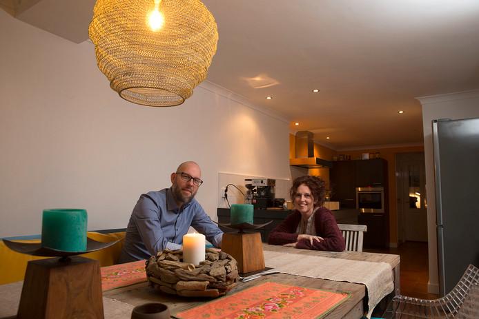 Leon van der Veen en Margrit Tenhagen in hun woning in Loil.