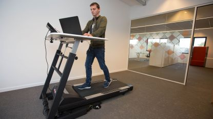 Een fiets- en wandelbureau voor personeel dienst financiën