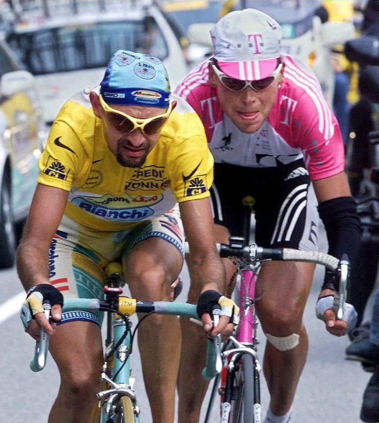 Marco Pantani (links) en Jan Ullrich, twee notoire dopingzondaars. Panani won de Tour in 1998, toen het gebruik van epo voor het eerst massaal aan het licht kwam. Beeld AFP