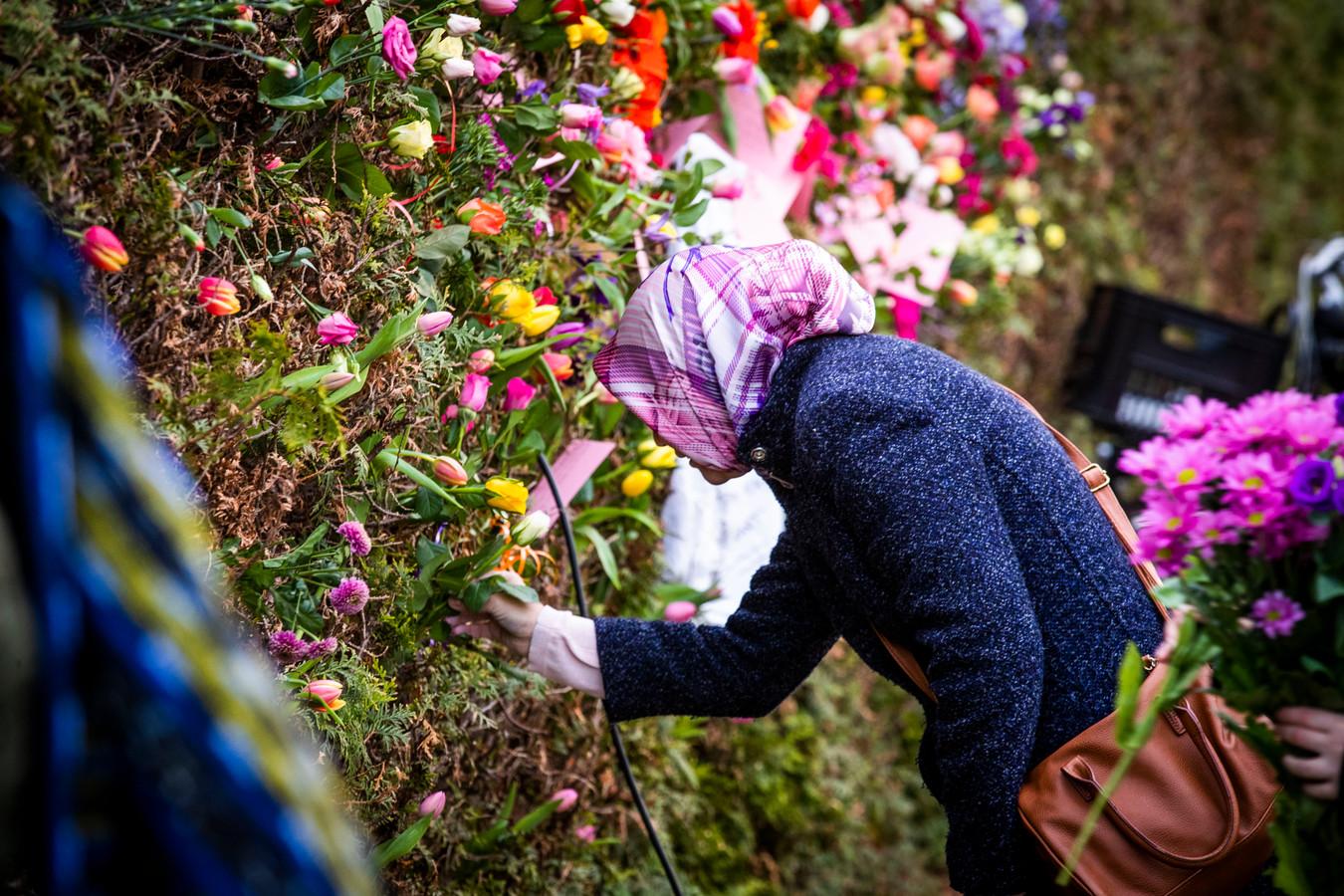 Demonstratie bloemen en stoepkrijt bij moskee Eindhoven