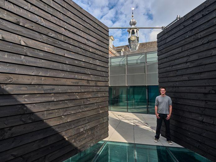 Peter Bouwmans bij zijn installatie.