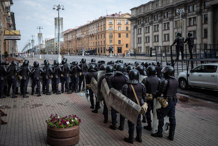 Politie maakt zich klaar om de protesten in het centrum van Minsk te beëindigen.  Beeld Getty Images